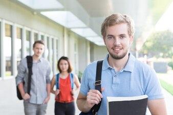 Homem bonito que gosta de educação na universidade