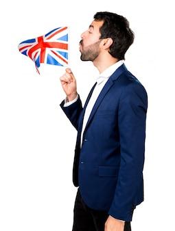 Homem bonito segurando uma bandeira do Reino Unido