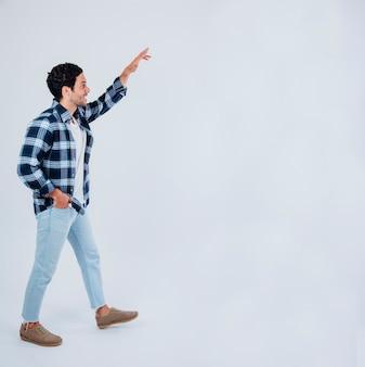 Homem caminhando e apontando para cima