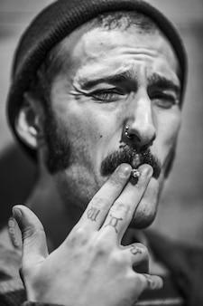 Homem com bigode fumando um cigarro