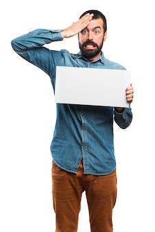 Homem com cartaz vazio