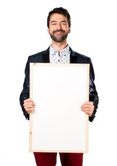 Homem com casaco segurando um cartaz vazio