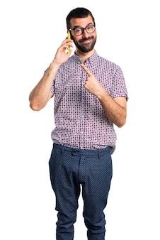 Homem com óculos falando ao celular