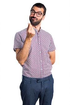 Homem com óculos fazendo gesto de dinheiro