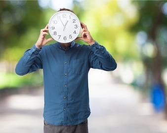 Homem com um relógio em seu rosto