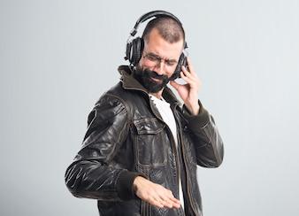 Homem com uma jaqueta de couro, ouvindo música