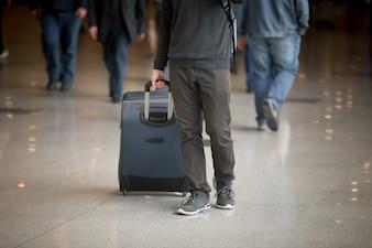 Homem com uma mala de viagem