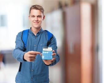 Homem com uma mochila e uma calculadora