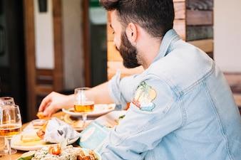 Homem comendo no restaurante