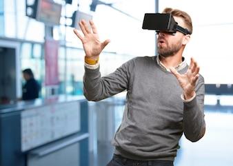 Homem concentrado que joga com jogo virtual