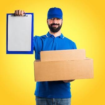 Homem de entrega com pasta em fundo colorido