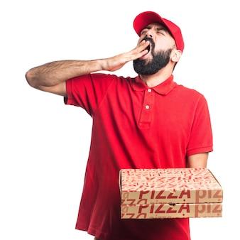Homem de entrega de pizza que boceja