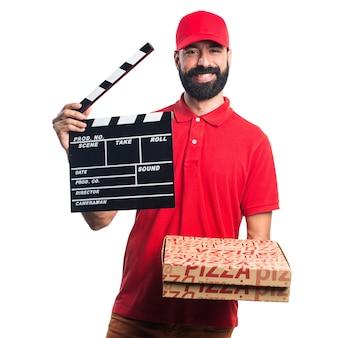 Homem de entrega de pizza segurando um clapperboard