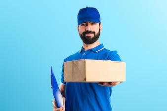 Homem de entrega em fundo colorido