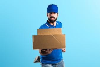 Homem de entrega que corre rapidamente em um fundo colorido