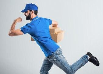 Homem de entrega que corre rápido