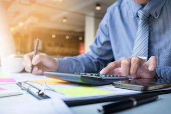 Homem de finanças empresariais calculando números de orçamento, faturas e consultor financeiro trabalhando.