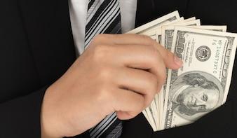 Homem de negócio que indica um spread de dólar