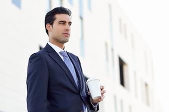 Homem de negócios com um café