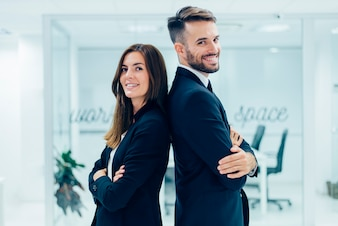 Homem de negócios e uma mulher de negócios