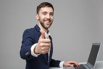 Homem de negócios feliz trabalhando