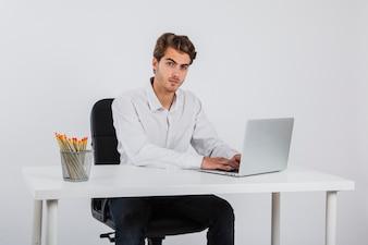 Homem de negócios posando no escritório