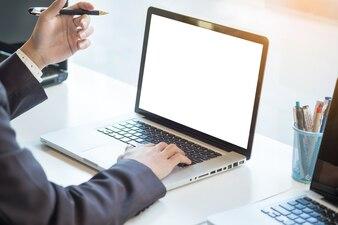 Homem de negócios que trabalha laptop enquanto está sentado na mesa, Fundo borrado, maquete horizontal