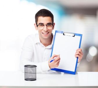 Homem de sorriso com uma tabela de verificação