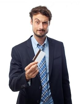 Homem de terno, segurando um cartão de crédito