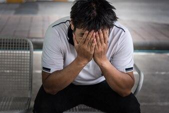 Homem demitido do trabalho sentado triste fora do escritório