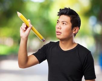 Homem digitação concentrado no ar com uma grande pena