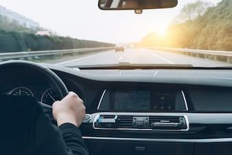 Homem, dirigindo, car, parte traseira, vista