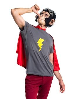 Homem do macaco do super-herói que faz um gesto bêbado