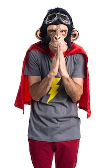 Homem do macaco dos super-heróis que suplica