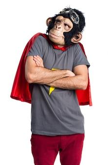 Homem do macaco super-herói fazendo um gesto sem importância