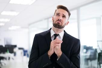 Homem elegante orando