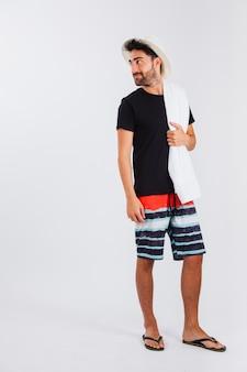 Homem em roupas de praia olhando por cima do ombro