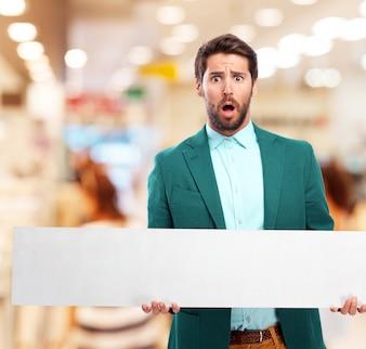 Homem em um centro comercial com um cartaz