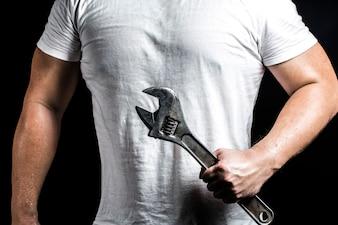 Homem forte com uma chave
