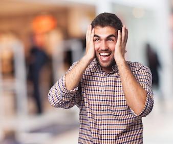 Homem gritando que está na rua