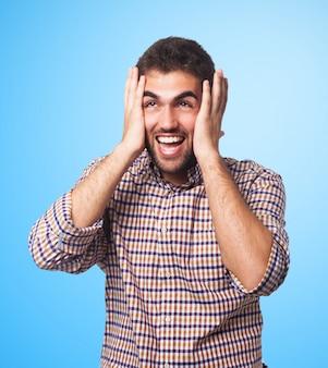 Homem gritando que prende sua cabeça