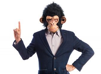 Homem macaco apontando para cima