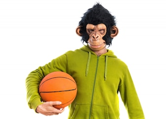 Homem macaco com basquete
