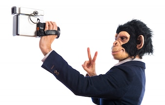Homem macaco com câmera de vídeo
