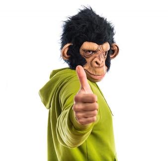 Homem macaco com o polegar para cima