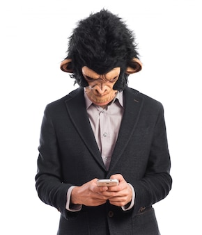 Homem macaco escrevendo um sms