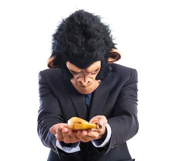 Homem macaco que oferece uma banana