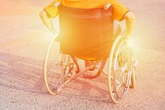 Homem, mão, roda, cadeira de rodas, estrada, cidade, parque