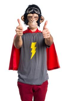 Homem monkey do super-herói com polegar para cima