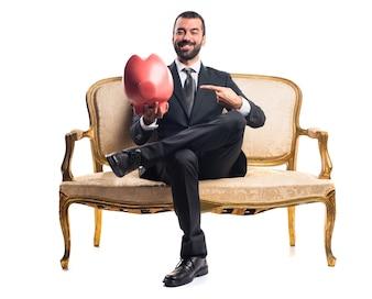Homem negócios segurando um piggybank